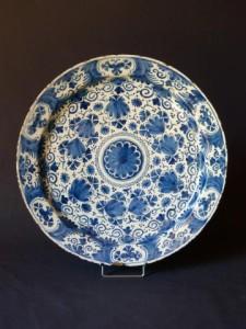 antiquites_a_vendre_plat_de_delft_faience_bleue_ceramique_faience_porcelaine_18eme_siecle_europe_regence_louis_15-8195mo